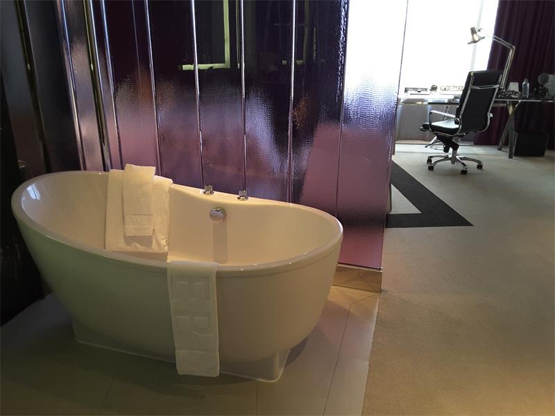 SPECTACULAR-ROOM-bath-tub-W-Bangkok