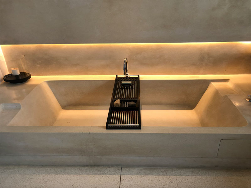 SOORI BALI bath tub at night